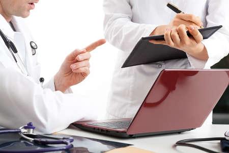 administracion de empresas: Médico discutiendo en la oficina acerca de los resultados del tratamiento Foto de archivo
