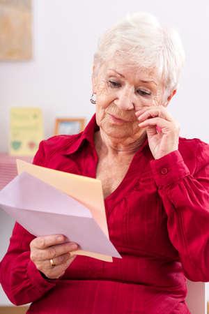 Oude vrouw leest brief van haar kleindochter en huilen