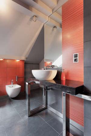 vessel sink: Blanco fregadero del recipiente en el ba�o de color rojo y gris