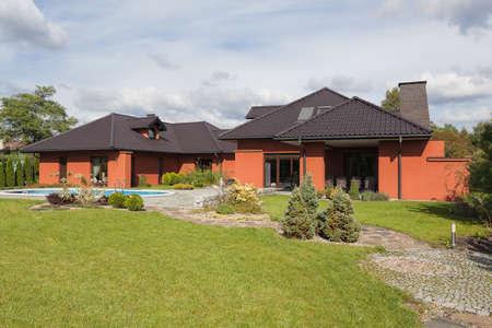 coppery: Una residenza in bianco e ramato, con un vasto giardino