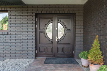 집 정문 - 유리와 나무로되는 문 스톡 콘텐츠