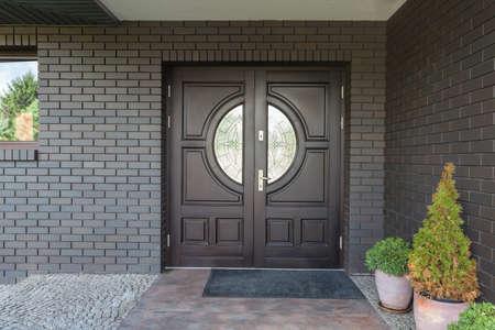 porte bois: L'entrée principale de la maison - porte en bois avec verre Banque d'images