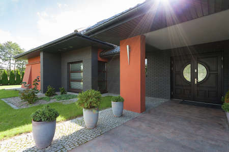 赤銅の詳細と黒い家の正面玄関