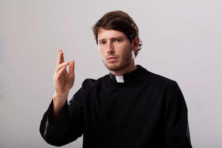sacerdote: Joven sacerdote cristiano está dando una bendición