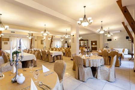 Habitación elegante restaurante antes de fiesta de la boda, horizontal