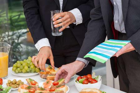 La gente de negocios comer el almuerzo en buffet de oficina Foto de archivo - 26806585