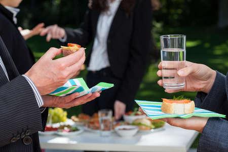 Business-Integration Event im Garten außerhalb des Büros