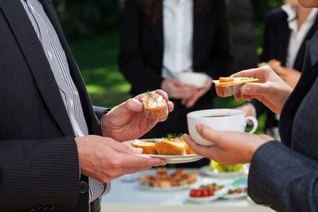 庭でランチを食べているビジネス人々