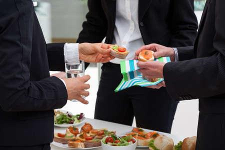 ビジネスの人々 は議論に朝に朝食と会っています。 写真素材