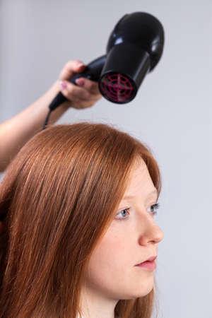 secador de pelo: Pelo Profesional peluquería estilo de la muchacha por el secador de pelo