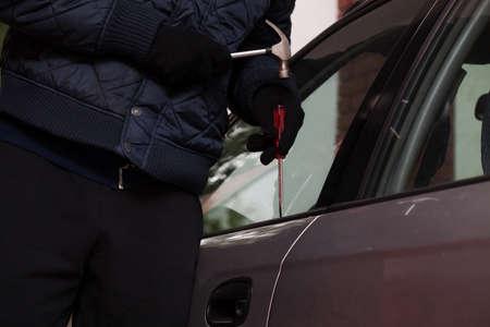 robo de autos: Un primer plano de un hombre tratando de entrar en un coche Foto de archivo
