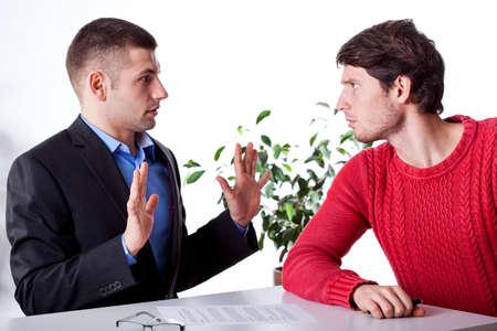 persona enojada: Un abogado de inocente y un cliente enojado culp�ndolo Foto de archivo