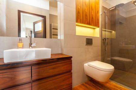 Moderno bagno con doccia e lavandino nave Archivio Fotografico - 27133459