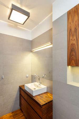 vessel sink: Cuarto de ba�o con lavabo y espejo iluminado buque Foto de archivo