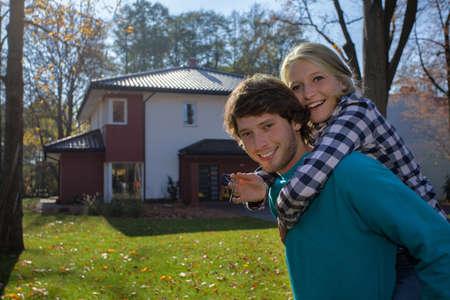 Nouvelle maison pour un jeune couple qui veulent Banque d'images - 27245297