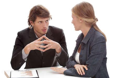 Een ontspannen gesprek van een man en een vrouw in het kantoor Stockfoto