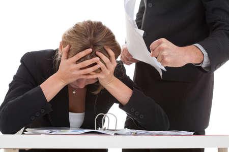 Wrede baas pesten hard werken voor hem vrouw Stockfoto