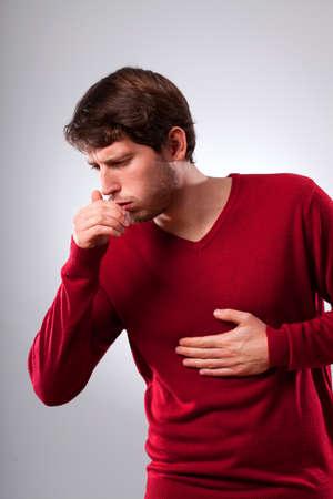 cough: Hombre joven que sufre de tos fuerte, vertical Foto de archivo