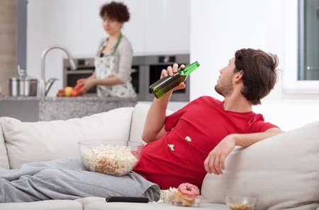 Couch potato niet helpt zijn vrouw, horizontaal