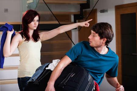 Een boze vrouw vraagt haar man om uit hun appartement verhuizen