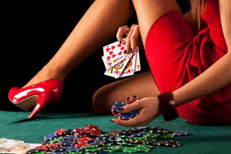 Een sexy gokken vrouw met een poker Royal Flush Stockfoto