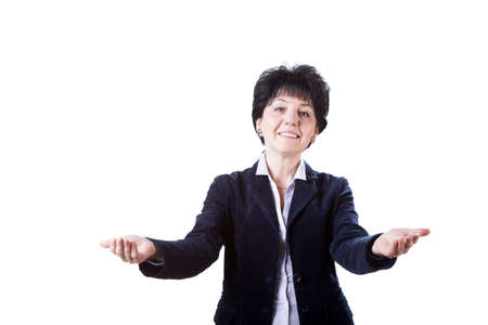 invitando: Una mujer de mediana edad sonriente con un gesto de invitación