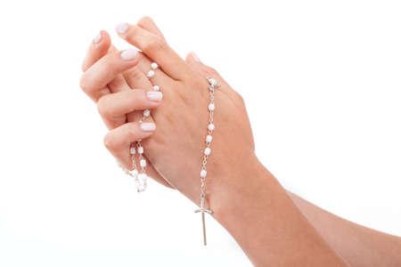 Een close-up van de handen van een man, die bidt