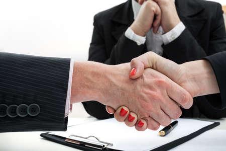 comunicacion no verbal: Hombre de negocios y mujer que sacuden las manos, mientras que hacer un trato