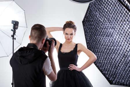 ソフト ボックス スタジオでプロフェッショナルなファッション写真