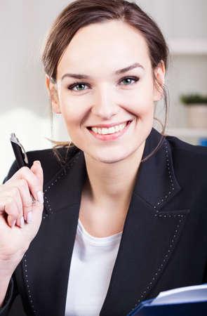 entrevista de trabajo: Reclutador femenino feliz en medio de la entrevista de trabajo Foto de archivo