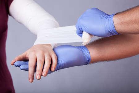 splint: Primer plano de paramédico hacer un vendaje para la mujer