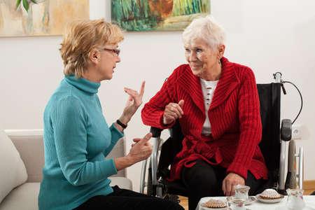 ancianos felices: Hija Ancianos de visitar a su madre con discapacidad en el hogar