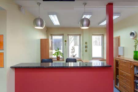 Receptie in kleine medische kliniek, horizontale