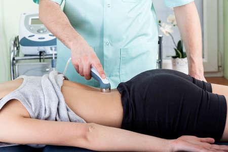 fisioterapia: Primer plano de un tratamiento con l�ser en el consultorio de fisioterapia
