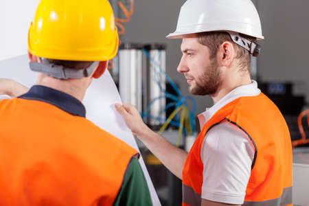 gestion empresarial: Los trabajadores del proyecto durante su trabajo con el nuevo proyecto