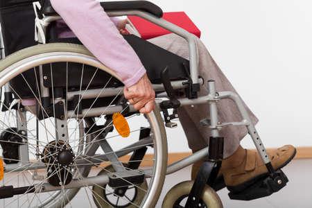 person sitzend: �ltere, behinderte Person sitzt im Rollstuhl, horizontal