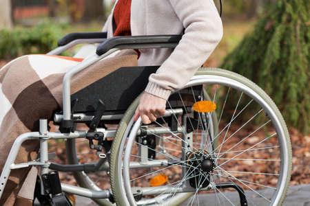 persona seduta: Disabile seduto sulla sedia a rotelle nel parco Archivio Fotografico