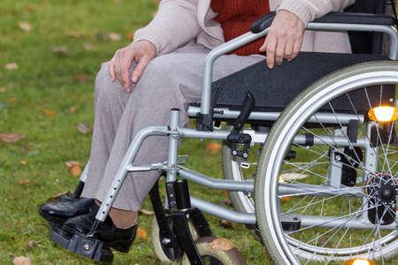 persona seduta: Disabile seduto sulla sedia a rotelle all'aperto, orizzontale Archivio Fotografico