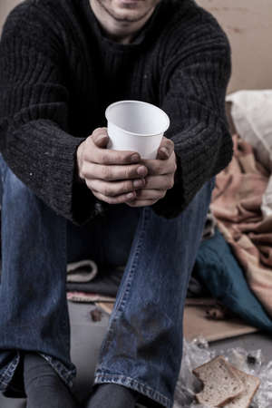 limosna: Hombre sin hogar esperando una limosna en la calle Foto de archivo