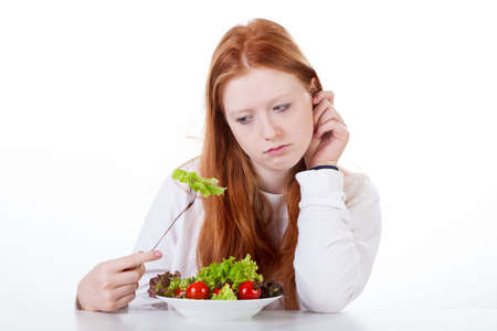 격리 된 흰색 배경에 식욕을 가진 십 대 소녀