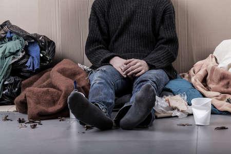 limosna: Hombre sin hogar se sienta en la calle, horizontal Foto de archivo