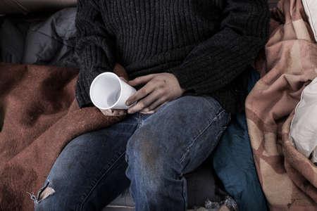 hombre solitario: Hombre sin hogar recogida de dinero en la calle