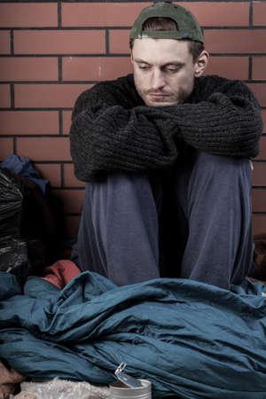 hombre pobre: Vista vertical de un hombre deprimido y sin hogar Foto de archivo
