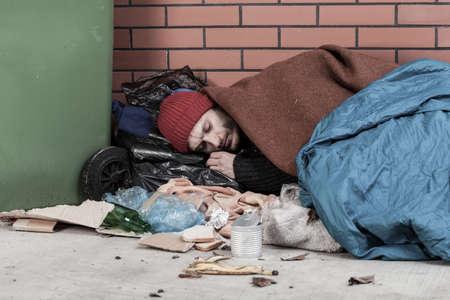 hombre pobre: Pobre hombre durmiendo en la calle, horizontal Foto de archivo