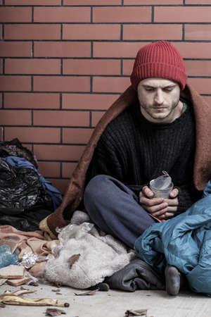 hombre pobre: Pobre hombre, sin hogar se sienta en la calle