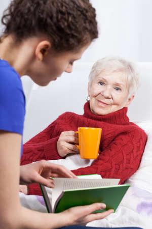그녀의 할머니와 손녀 책을 읽고, 수직 스톡 콘텐츠