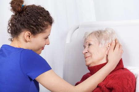 할머니와 손녀 서로 수평에 미소