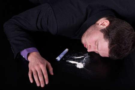druggie: Uomo Inconscio cocainomane su sfondo isolato Archivio Fotografico