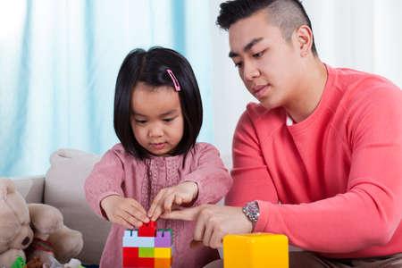 Broer en zus spelen met kleurrijke speelgoed