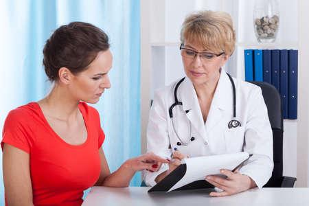 Medico e paziente parlando del trattamento